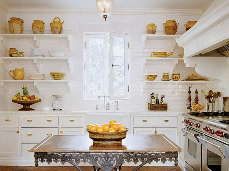 Интерьер открытой и светлой кухни